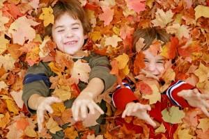 Пример фотографии детей осенью в кленовых листьях